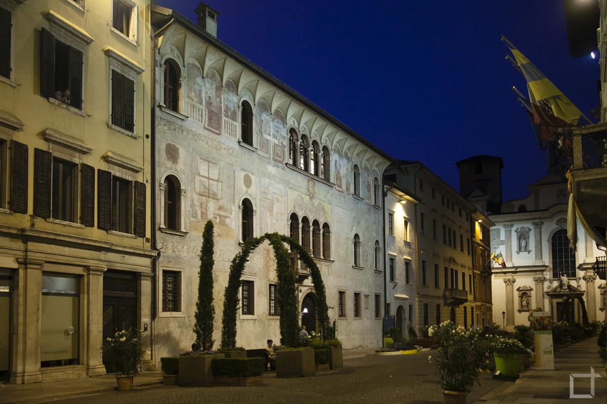Via Belenzani di sera