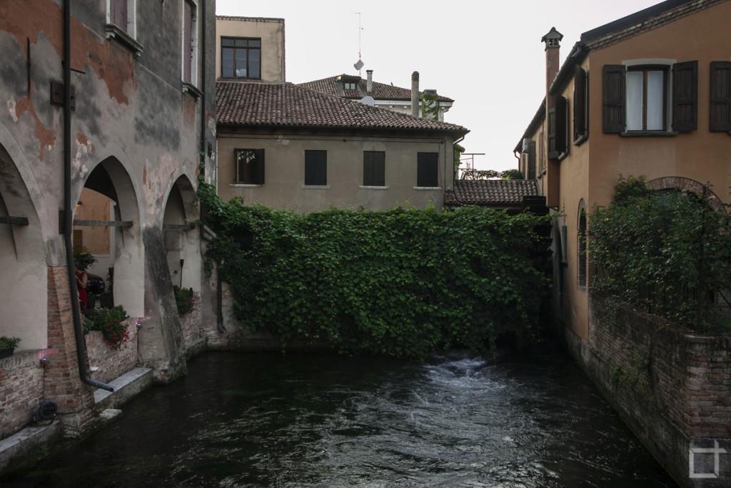 Acqua agitata nel canale