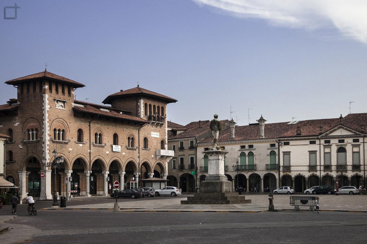 Piazza Duomo con Municipio