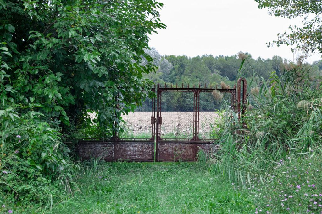 cancello sul verde