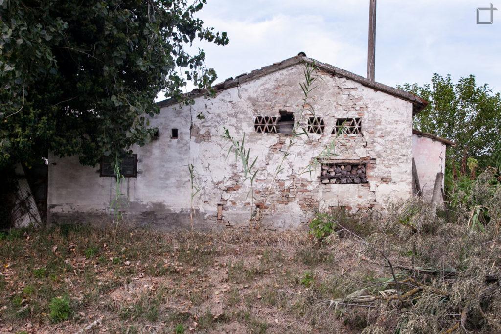 casa abbandonata e legnaia