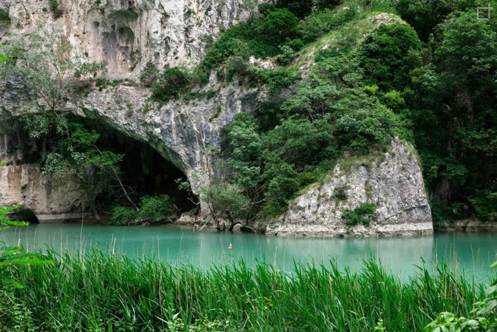 fiume-roccia-e-vegetazione-gola-del-furlo