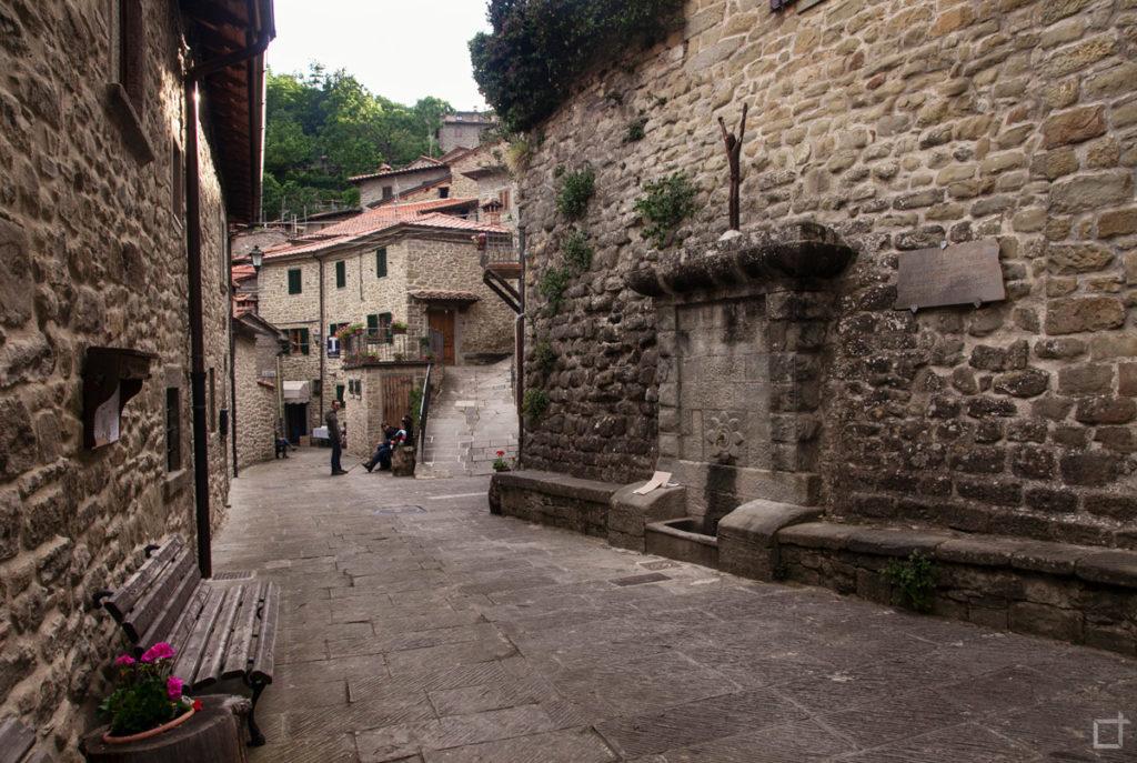 fontana-e-case-in-pietra