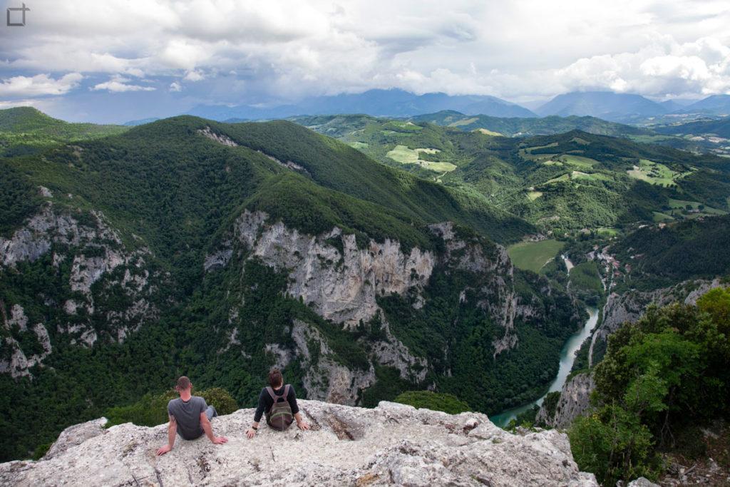 gola-del-furlo-seduti-nel-vuoto-sul-fiume-candigliano-panorama