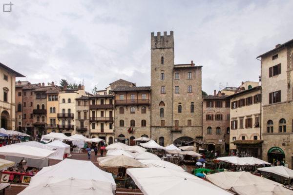 piazza grande edifici storici e mercatino antiquariato