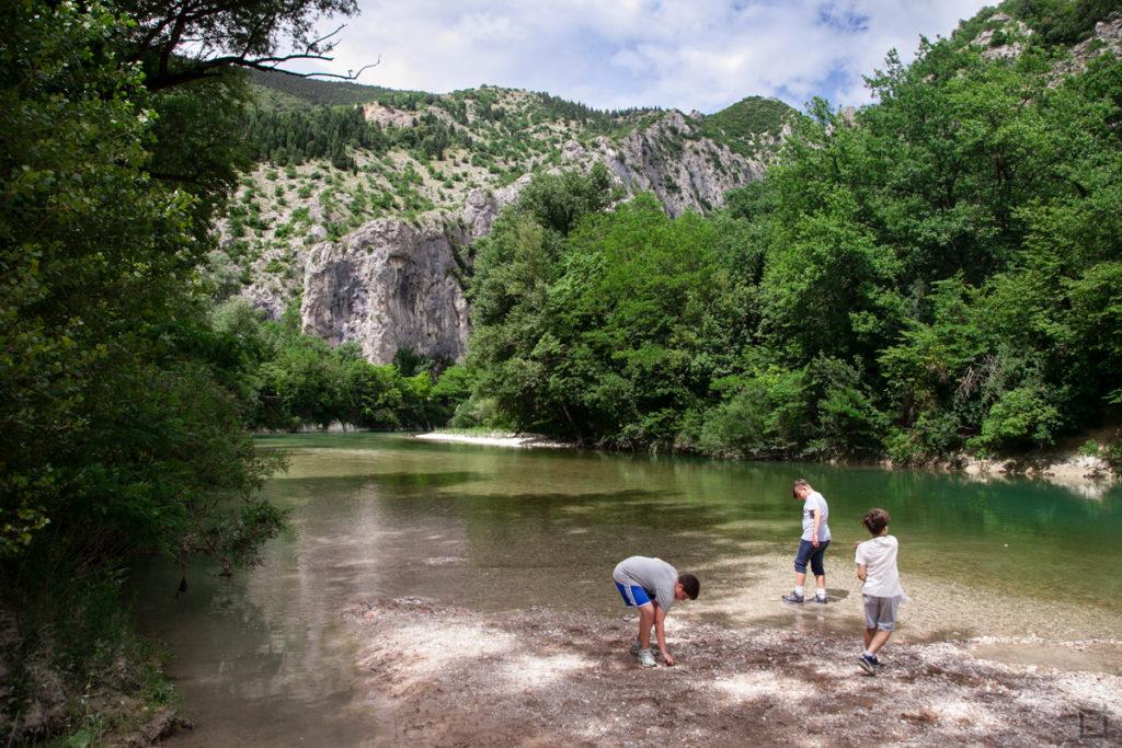 ragazzi-sul-fiume-lancio-delle-pietre