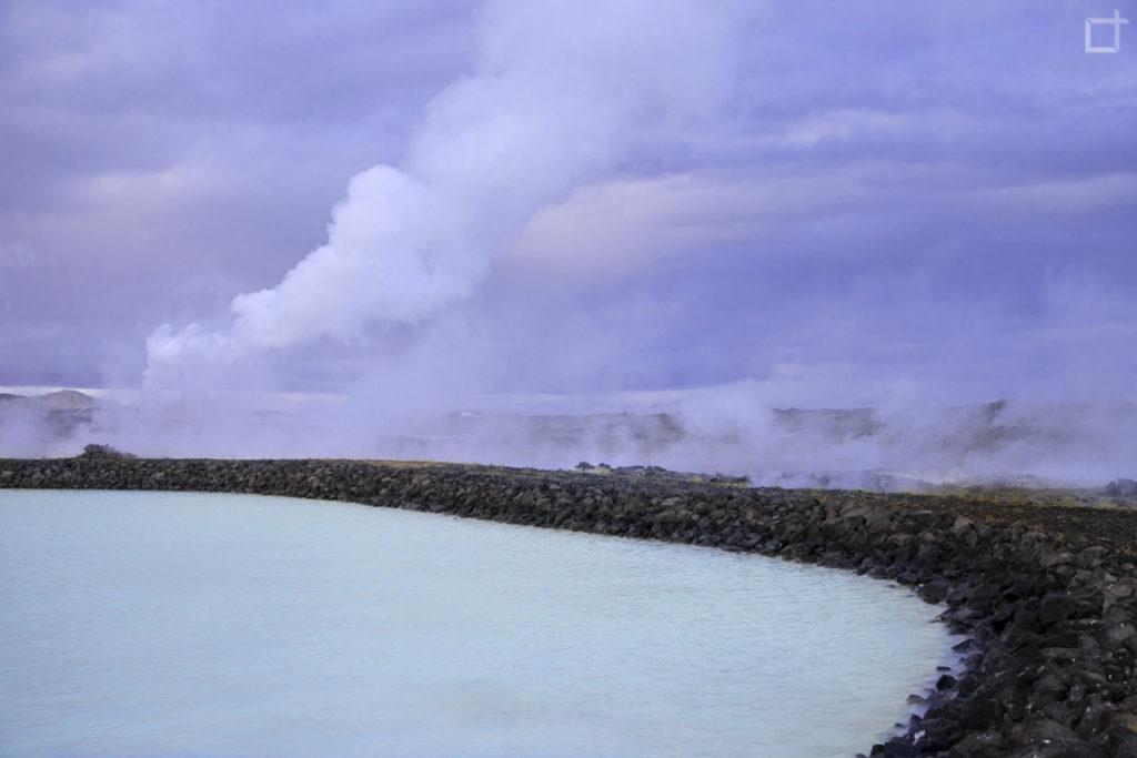 Lago azzurrissimo a causa del silicio in Islanda