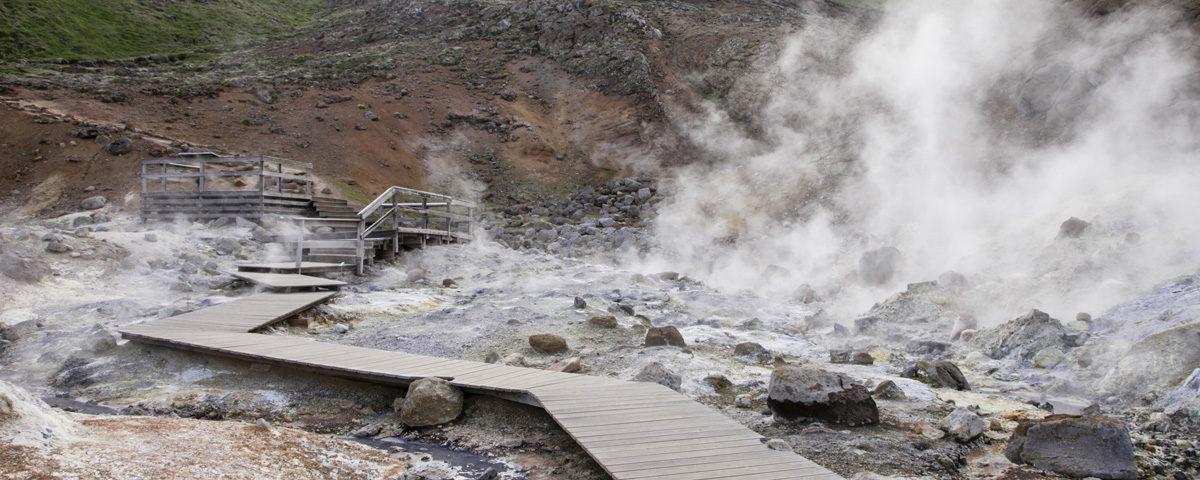 Passerelle tra Solfatare di Krysuvik Seltun in Islanda