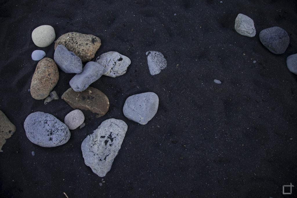 Pietre e Sassi su Spiaggia Nera