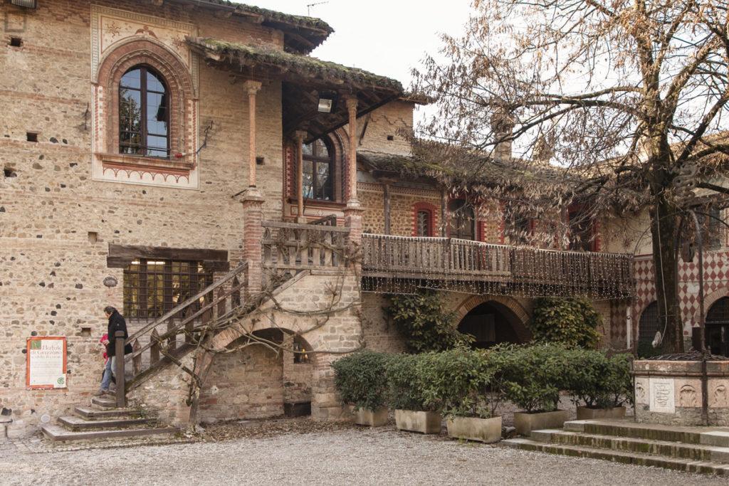 Abitazione in piazza Gian Galeazzo Visconti e fontana in marmo rosa