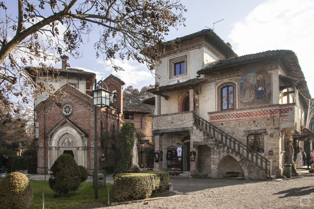 Chiesa Gotica di Grazzano Visconti e Casa con Affresco Annunciazione