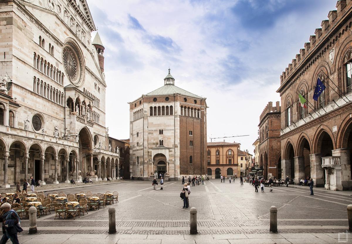 Cremona Piazza del comune con Cattedrale Battistero e Broletto