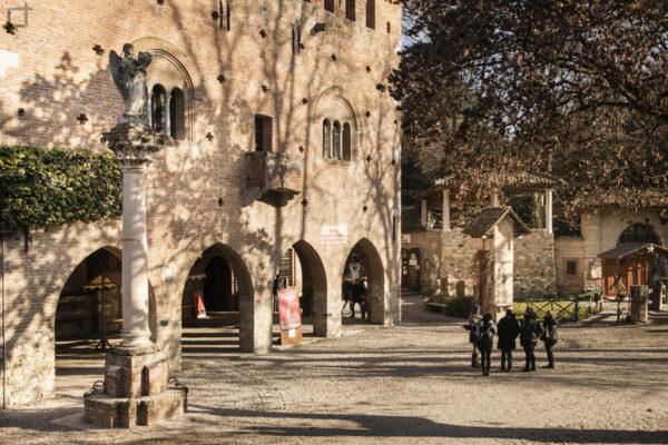 Palazzo della istituzione a Grazzano Visconti e Statua