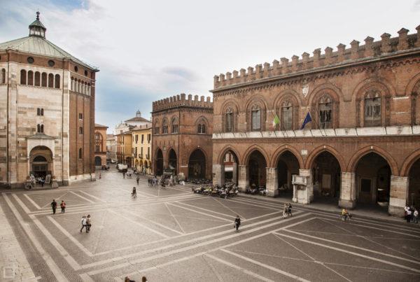 Piazza del comune Cremona - Broletto e Battistero di San Giovanni Battista