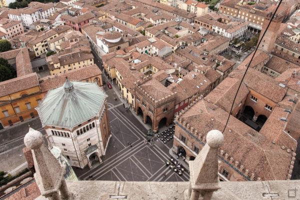 Piazza del comune e battistero di Cremona dall alto