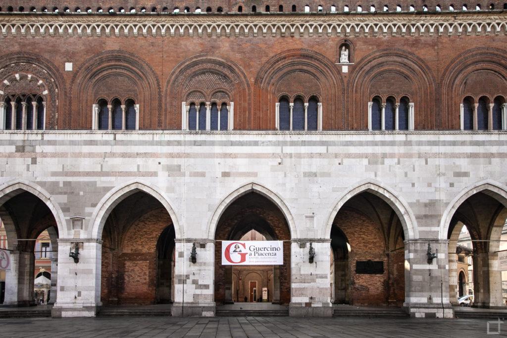 Archi di Palazzo Gotico in Piazza Cavalli