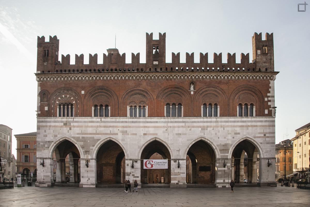 Palazzo Gotico Broletto a Piacenza con Merletti e Archi