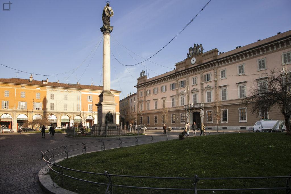 Palazzo Vescovile e Colonna della Santa Vergine Maria in Piazza Duomo - Piacenza