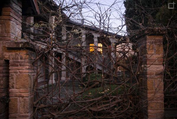 Palazzo con inferriata e rampicanti