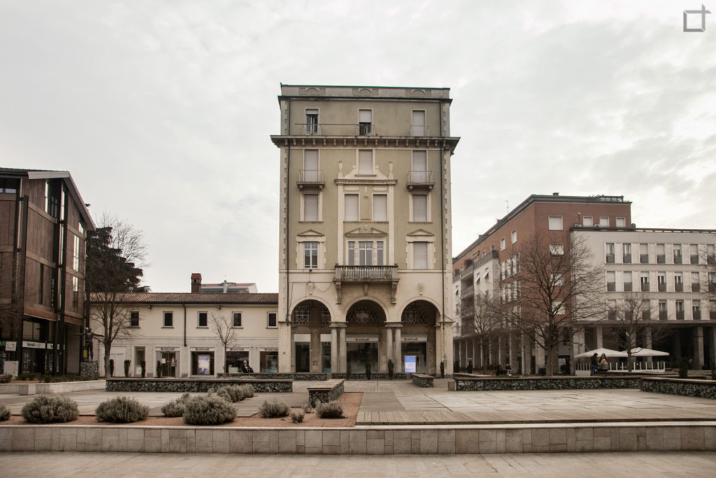 Piazza San Magno Sedute e Palazzi Storici