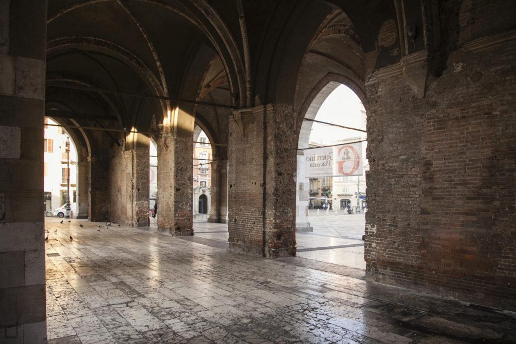 Sotto agli archi del Palazzo Comunale o Gotico