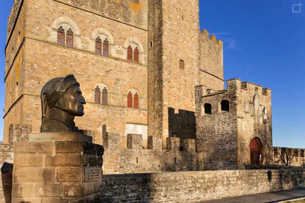Busto di Dante davanti al Castello dei Conti Guidi a Poppi