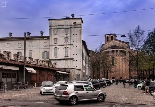 Palazzo Vescovile e Duomo di Lodi su piazza del mercato e parcheggio