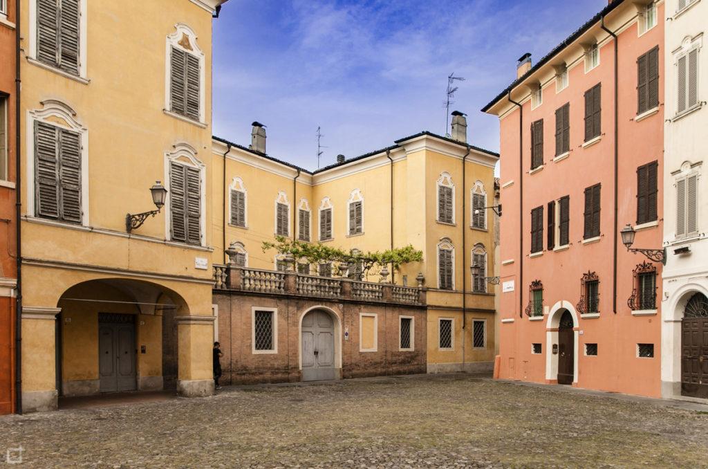 Modena Piazza della Pomposa con Case colorate