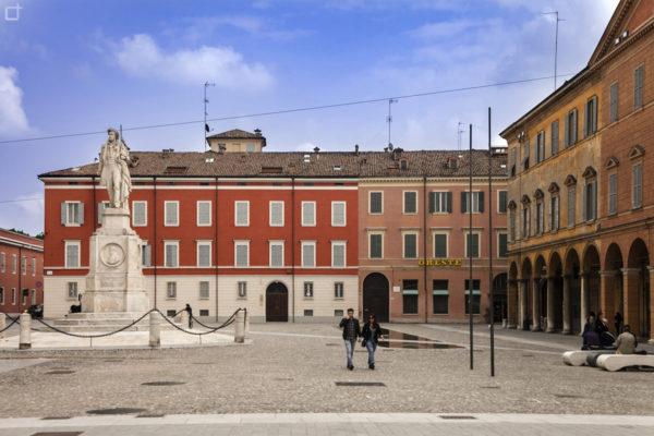 Piazza Roma e Statua di Ciro Menotti a Modena