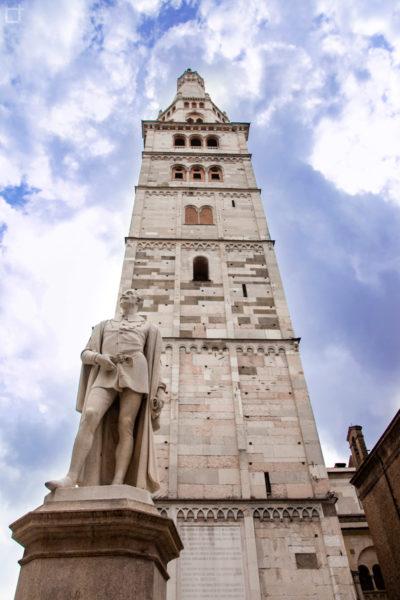 Piazza della Torre - Statua ad Alessandro Tassoni e Torre della Ghirlandina