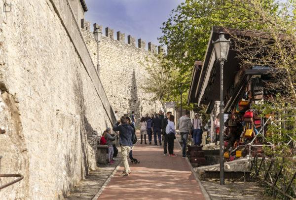 Vicoli del centro storico con bancherelle