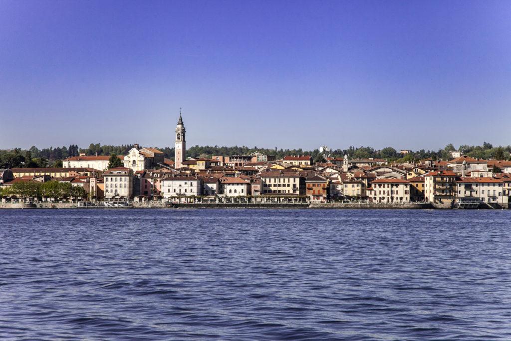 Arona vista dal lago Maggiore in battello