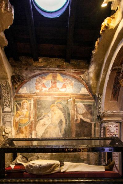 Corpo di Alberto Besozzi all'interno della Chiesa di Santa Caterina del Sasso con apertura nella roccia