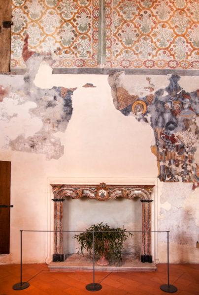 Interni del Convento Meridionale - Camino e Affreschi