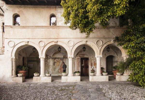 Porticati - ingressi e affreschi alla chiesa di Santa Caterina del Sasso