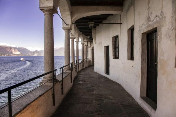 Porticato di Santa Caterina del Sasso e Lago Maggiore con Barca