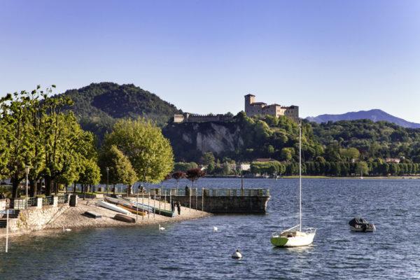 Porticciolo con vista sulla rocca di Angera - Lago Maggiore