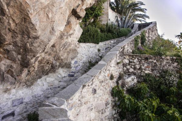 Salita per l'eremo tra la roccia