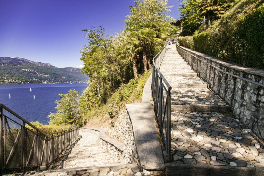Scalinata tra Quicchio e l eremo di Santa Caterina del Sasso sul Lago Maggiore