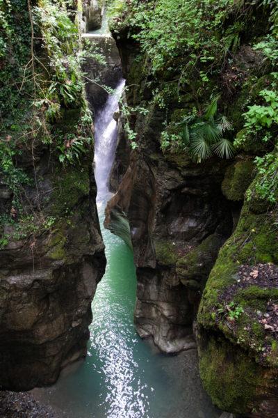 Cascata e Roccia nel canyon lombardo