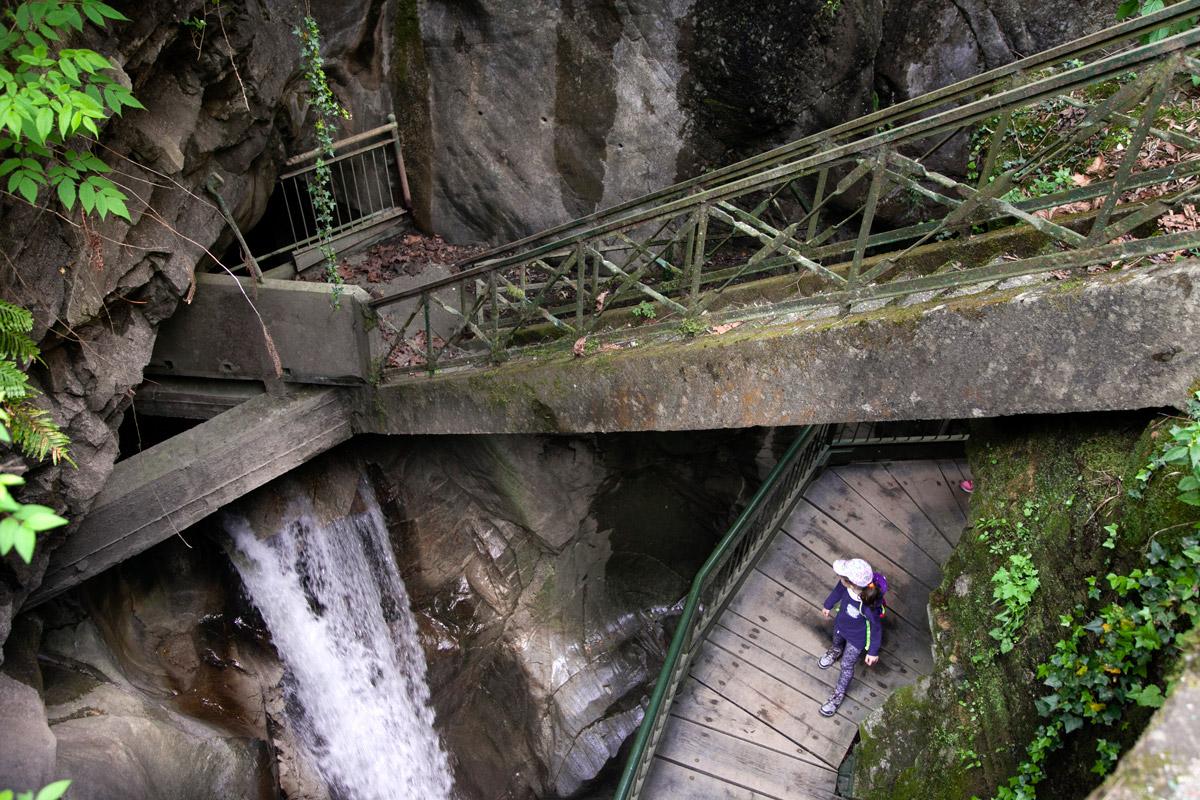 Passerelle di Legno - Ponti in Cemento e Bambini sul canyon dell Orrido di Bellano