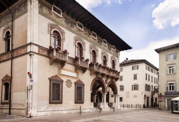 Palazzo del Bel con Cassa di Risparmio