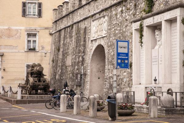 Piazza del Podestà - Carrarmato e Monumento ai Caduti