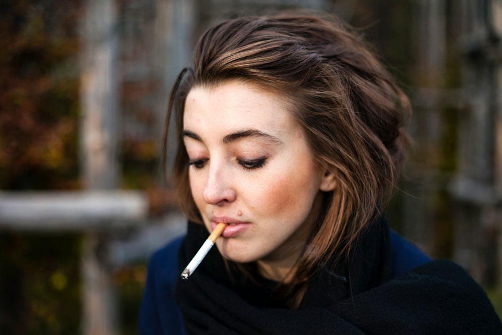 Ragazza che fuma - Sigaretta