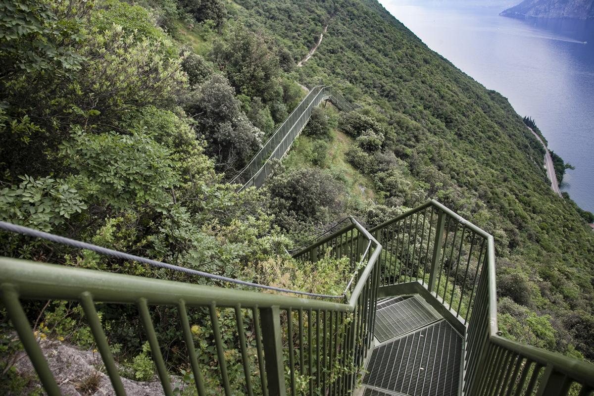 Scalinata sul crinale del lago di Garda - Percorso Busatte Tempesta
