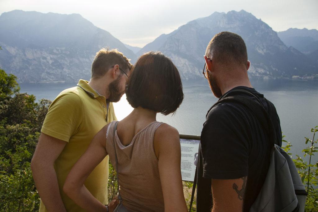 Stefano Valentina e Francesco - Amici consultano la mappa
