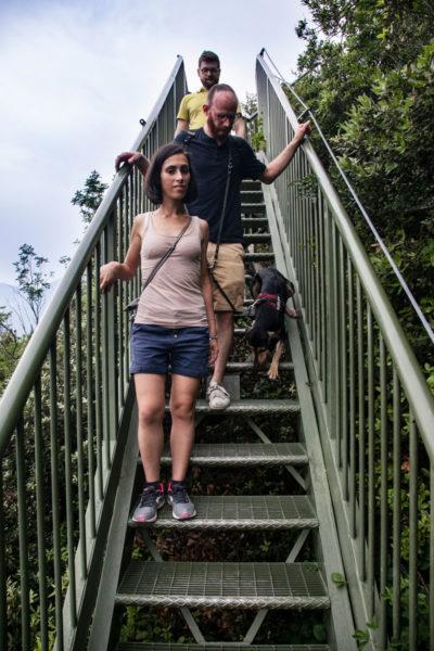 Valentina Grover Francesco e Stefano sugli scalini del lago di Garda
