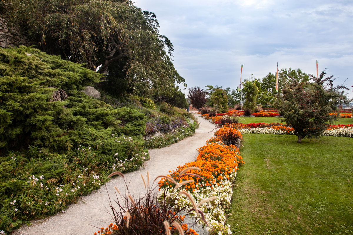 Giardini terrazzati gallery of i giardini di castel with for Aiuole fiorite immagini