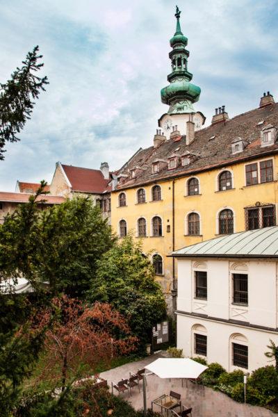 Case del Centro Storico con Torre della Porta di Ingresso alla Città