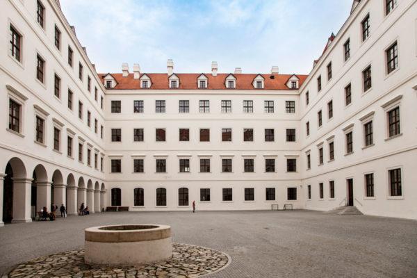 Cortile interno del castello di bratislava con pozzo - Sede del parlamento slovacco
